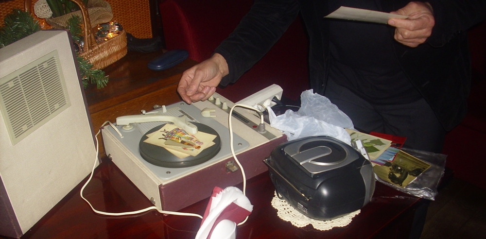 Gramofon i pocztówkowe płyty